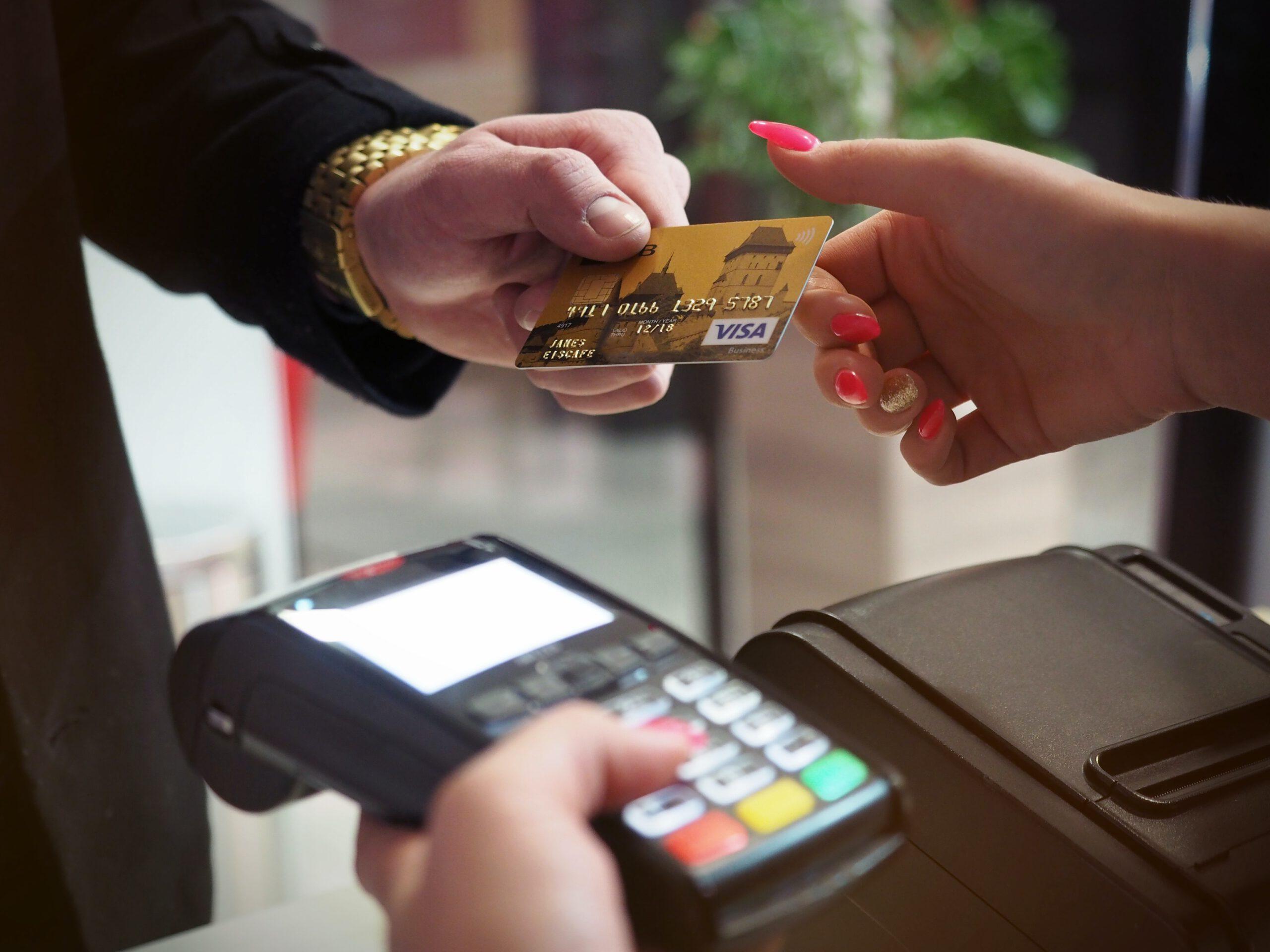 Responsabilidad civil subsidiaria de entidad bancaria por delitos cometidos a través de su entorno digital