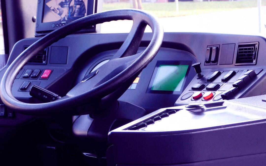 III ¿Cómo tienen que ser los vehículos destinados a la conducción de detenidos, presos y penados?: Vehículos de más de nueve plazas, incluido el conductor y escolta. Anexo II de la Orden de Interior INT/2573/2015, de 30 de noviembre.